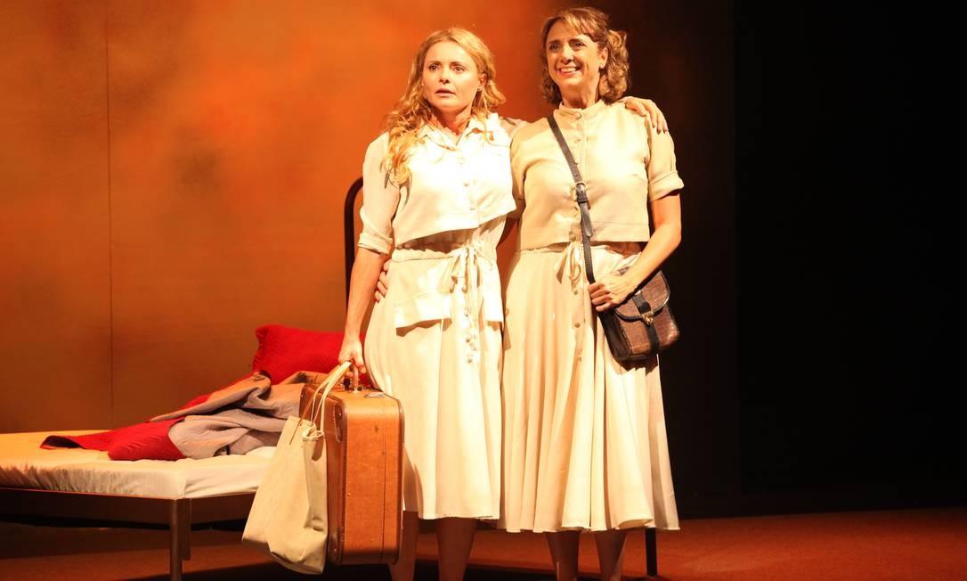 As atrizes Rita Guedes e Letícia Isnard, em cena da peça 'Uma relação tão delicada' Foto: Jacson Vogel / Divulgação