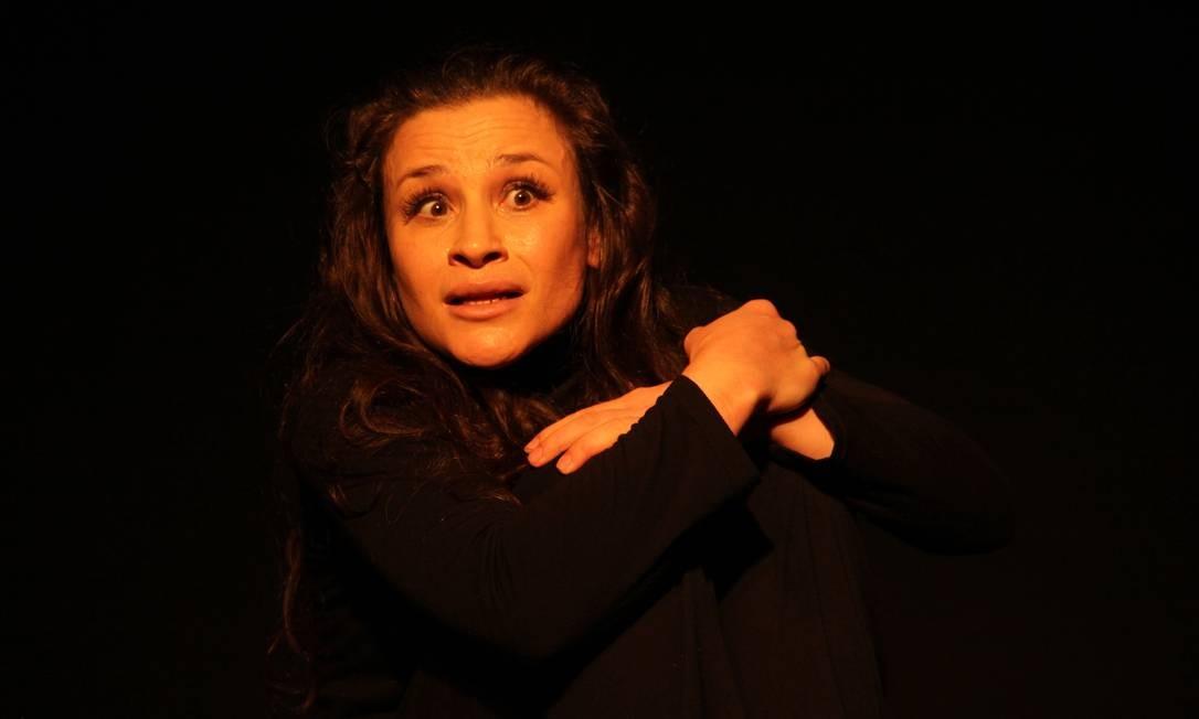 Mirian Panzer em cena da peça 'Eu não sei como tudo começou' Foto: Monicas Lopes / Divulgação