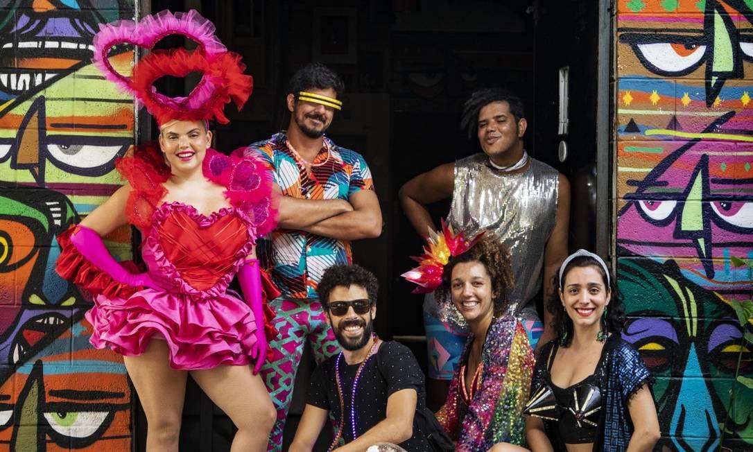 Duda Beat (de rosa) com os integrantes do bloco Minha Luz é de LED: eles são presença no festival Auê Foto: Ana Branco / Agência O Globo