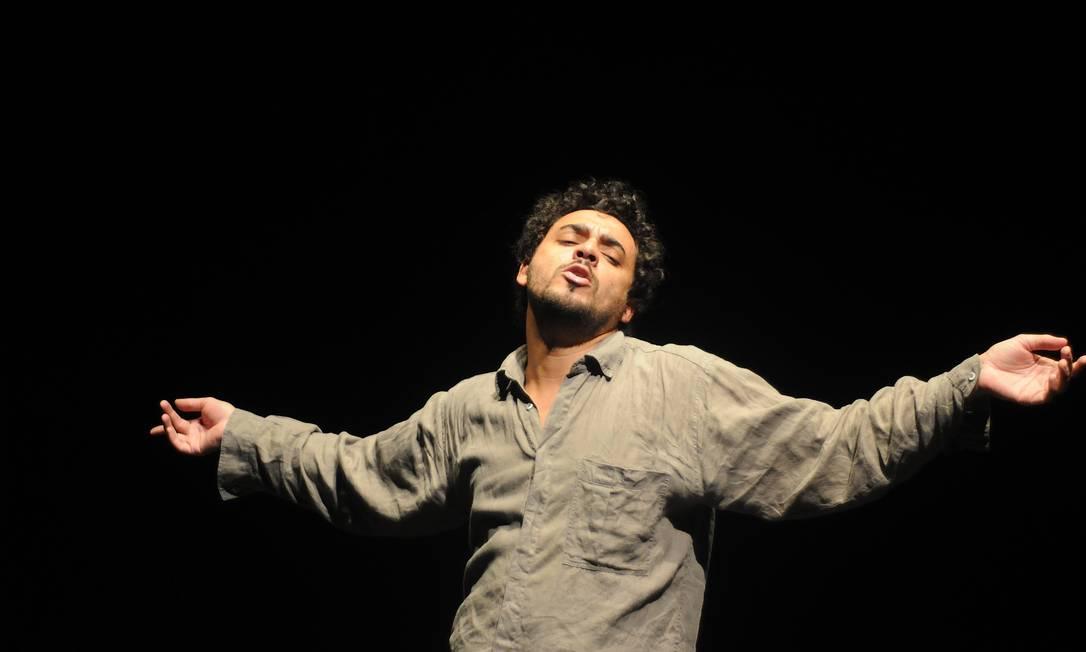 Rui Ricardo Diaz, em cena da peça 'A hora e a vez' Foto: Bob Sousa / Divulgação