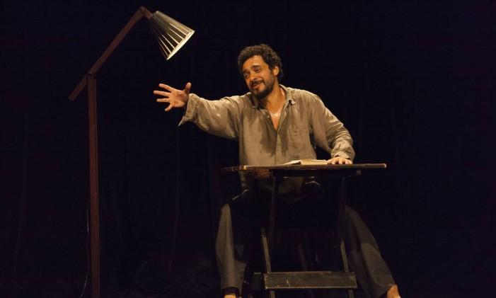 Rui Ricardo Diaz, em cena da peça 'A hora e a vez' Foto: Águeda Amaral / Divulgação