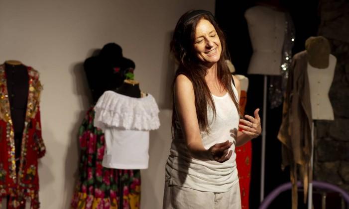 A atriz Clarice Niskier, em cena do espetáculo 'A esperança na caixa de chicletes Ping Pong' Foto: Zé Rendeiro / Divulgação