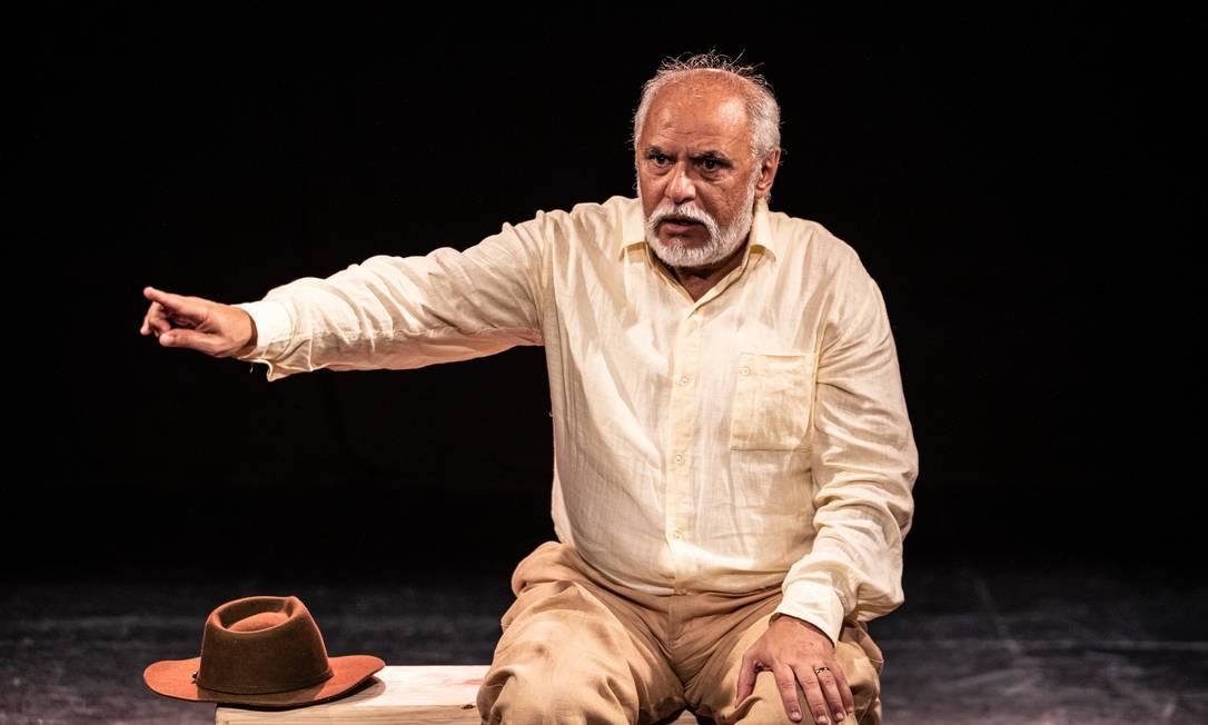 Gilson de Barros, em cena da peça 'Riobaldo' Foto: Renato Mangolin / Divulgação