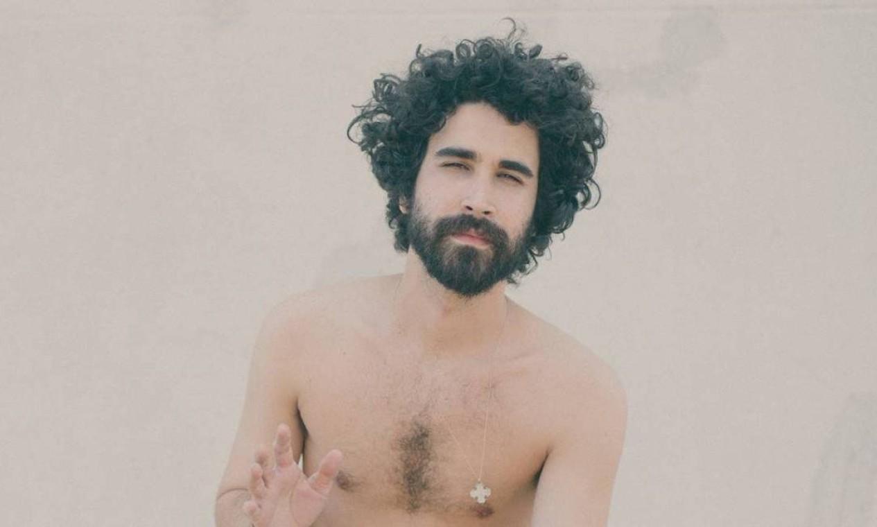 O músico indie Castello Brasnco é o segundo a cantar nesta sexta Foto: Divulgação