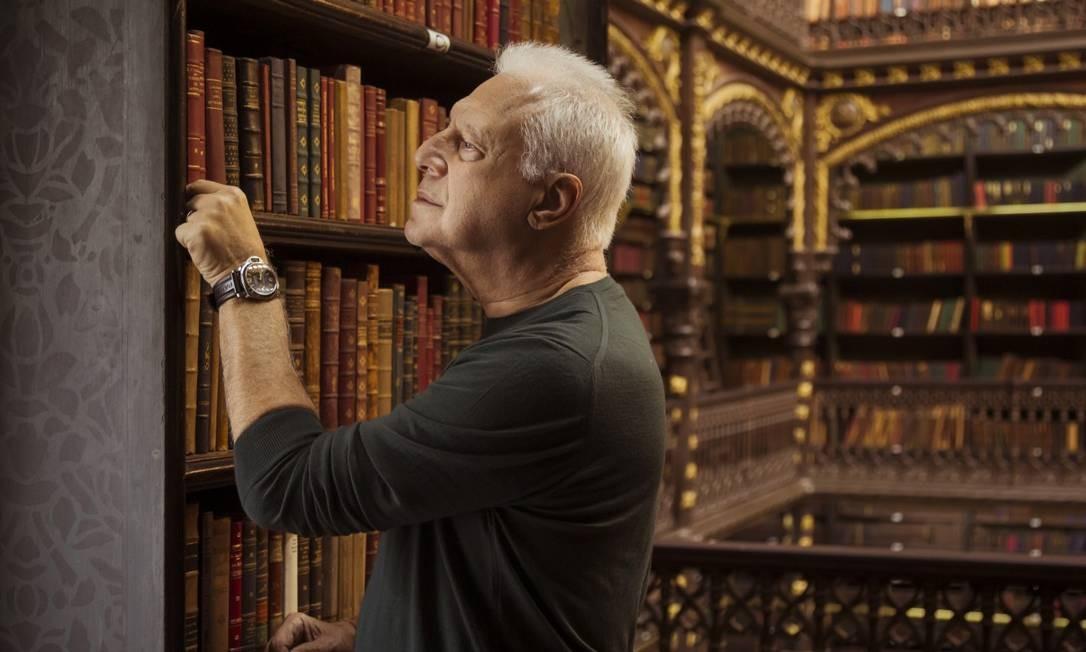 O ator Antonio Fagundes escolhe um livro no Real Gabinete Português de Leitura, no Rio Foto: Leo Martins / Agência O Globo