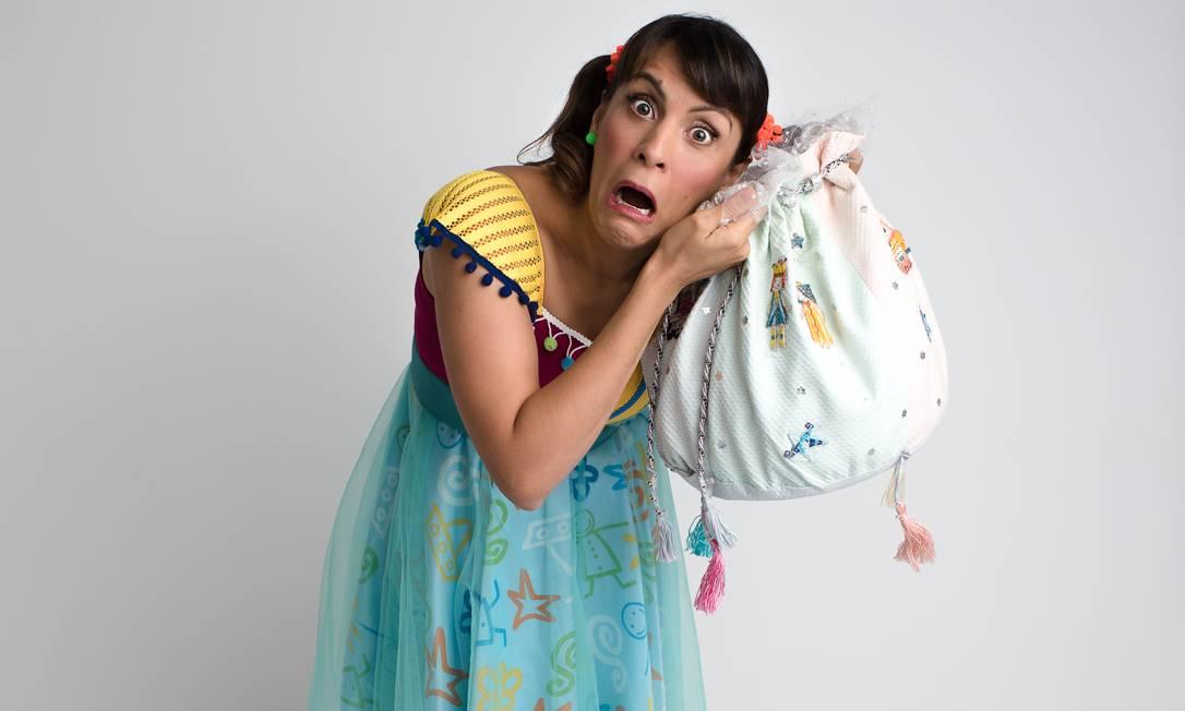 A contadora de histórias Carol Levy com seu 'saco mágico' Foto: Andréa Leal Fonsêca / Divulgação
