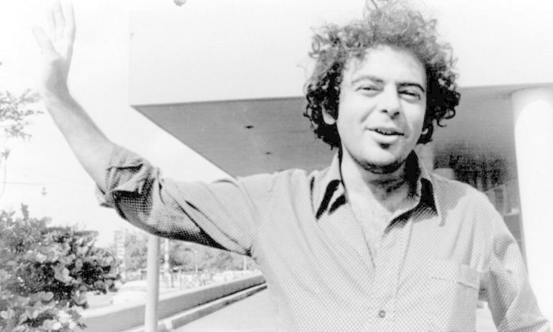 """13.08.2002 - Divulgação / E mail - SX - Documentário """"Rocha que voa"""", em cartaz na sexta próxima, dia 16 de agosto e marca a estréia no cinema do filho de Glauber, Eryk Rocha. O filme trata do exílio de Glauber em Cuba, nos anos 70."""