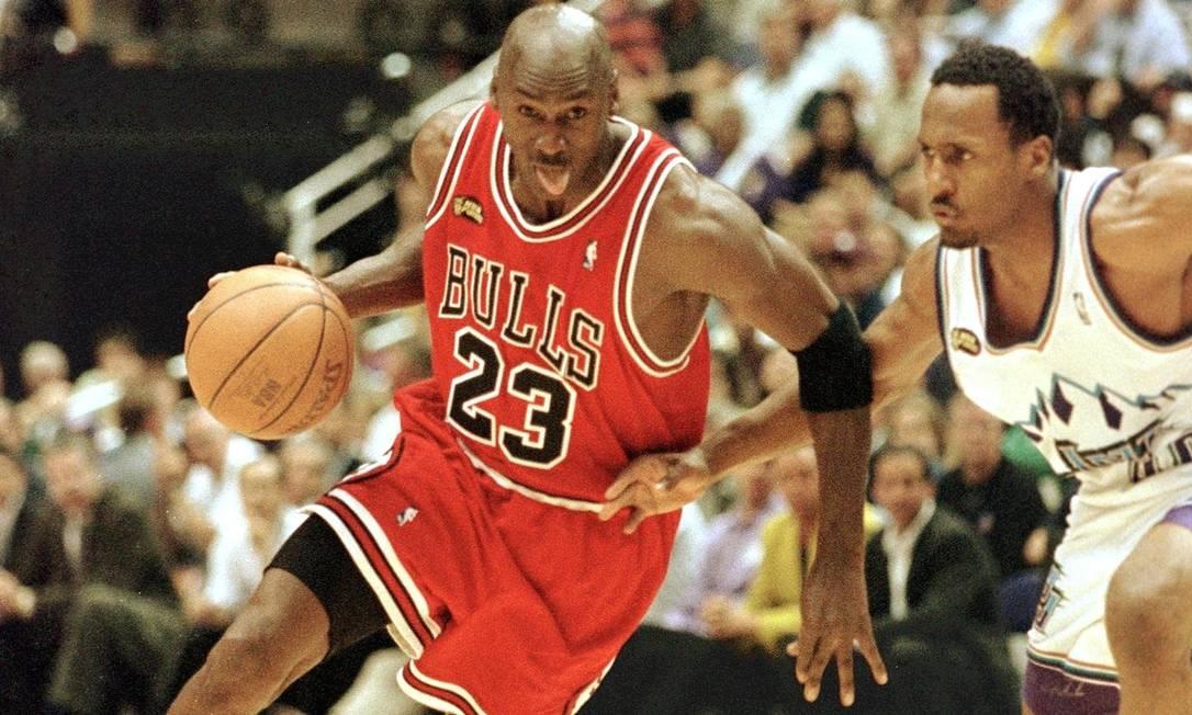 Michael Jordan vai para a cesta após passar por Shandon Anderson, do Utah Jazz Foto: Mike Nelson / AFP