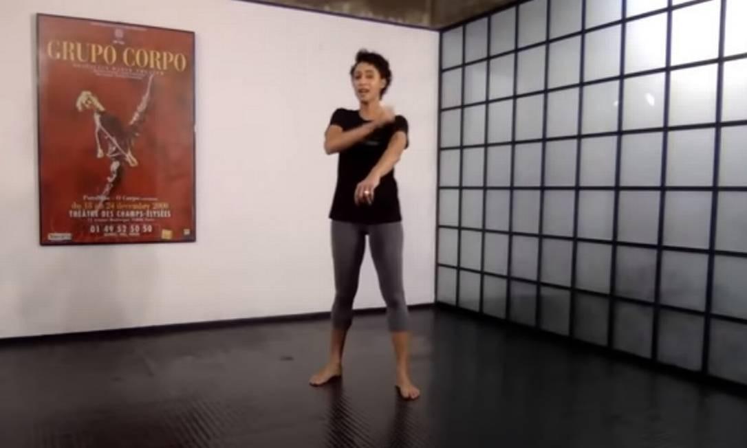 A bailarina Mariana do Rosário durante a primeira aula virtual do Grupo Corpo Foto: Reprodução