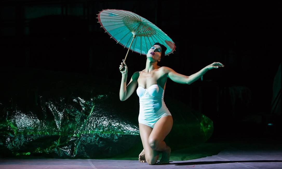 Camila Pitanga em cena de 'O duelo', adaptação da Mundana Companhia de Teatro para a novela de Tchecov Foto: Renato Mangolin / Divulgação