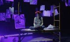 Maria Ribeiro em cena da peça 'Pós-F', com texto de Fernanda Young Foto: Paula Mercedes / Divulgação