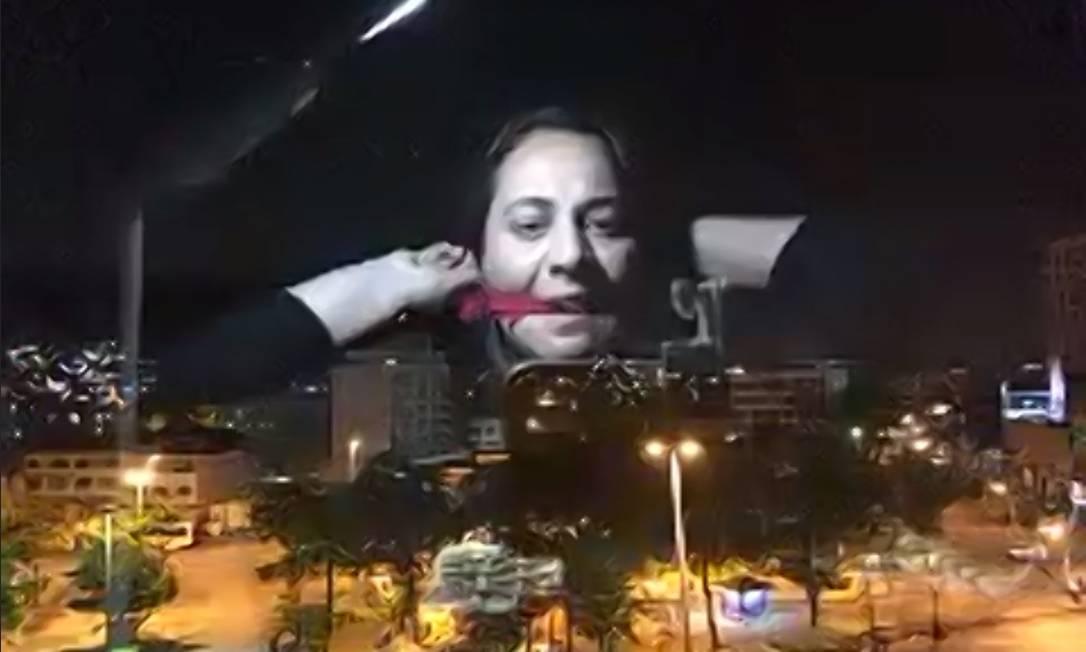 Carol Santaroni, em cena da peça 'Fronteiras invisíveis em processo' Foto: Elaine Moreira / Divulgação