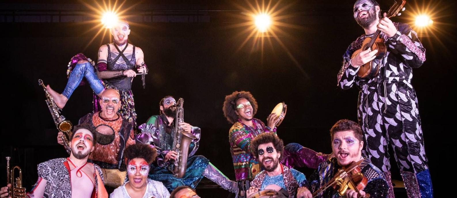 """O elenco do musical """"Jacksons do Pandeiro"""", encenado pela Cia Barca dos Corações Partidos Foto: Renato Mangolin / Divulgação"""