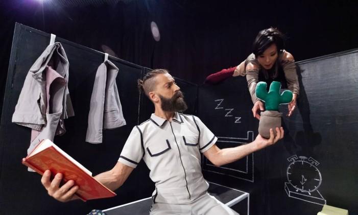 lessandro Coelho e Débora Ishikawa em cena da peça 'Sob o mesmo teto' Foto: Divulgação