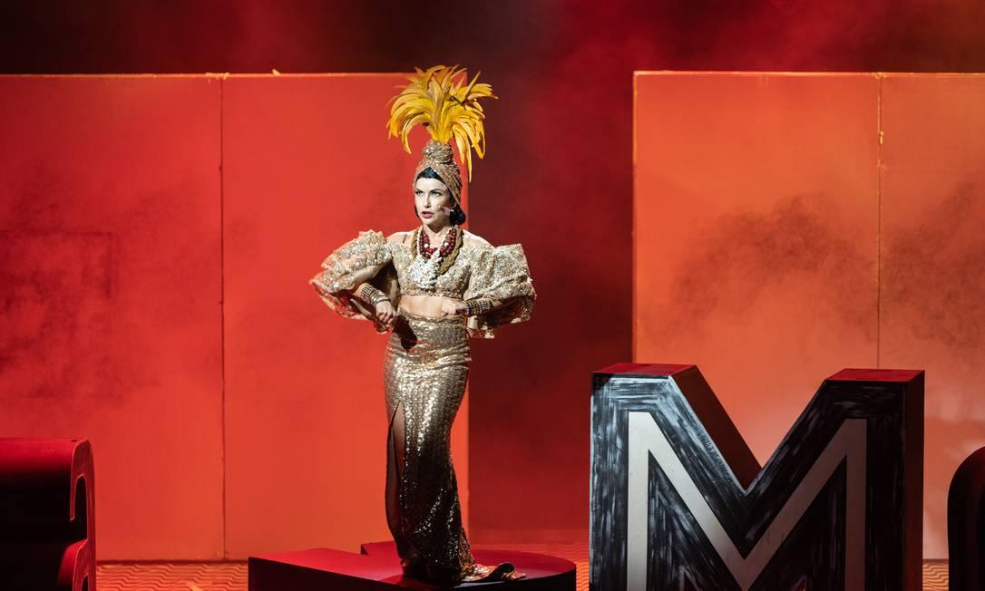 A atriz Amanda Acosta em cena do musical 'Carmen, a grande pequena notável' Foto: Leekyung Kim / Divulgação
