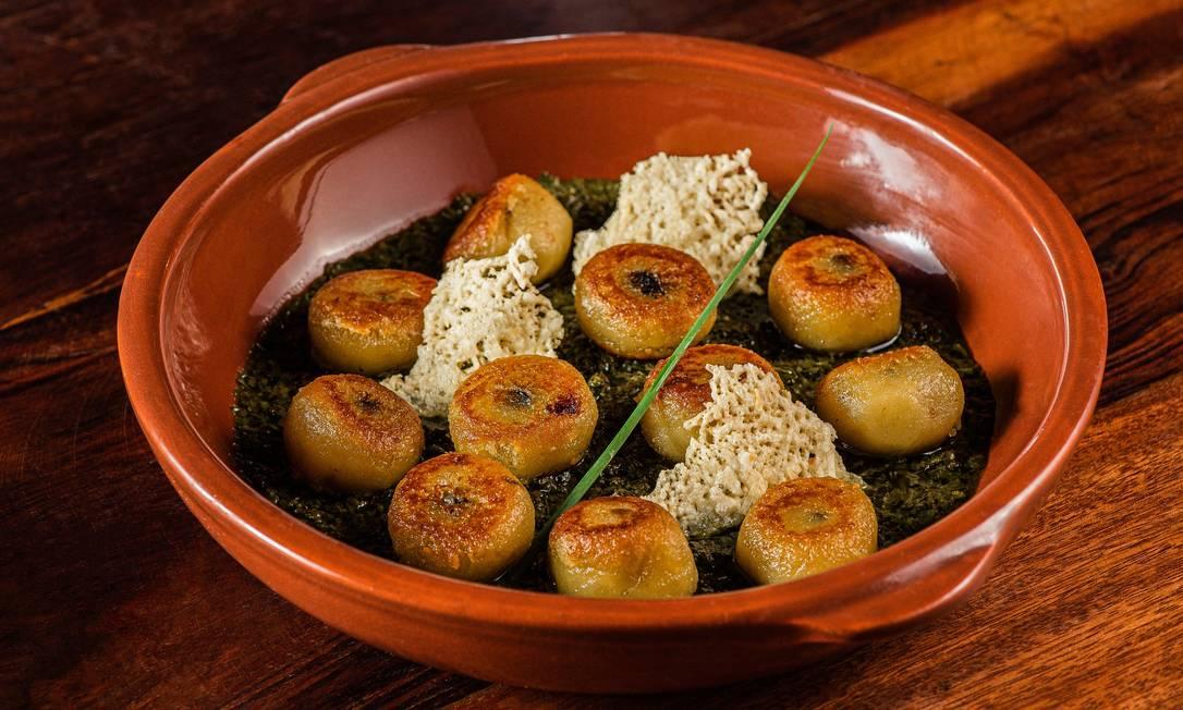 Nhoque de baroa com funghi ao molho persillade de manjericão: receita do restaurante FEU Foto: Alex Woloch / Divulgação