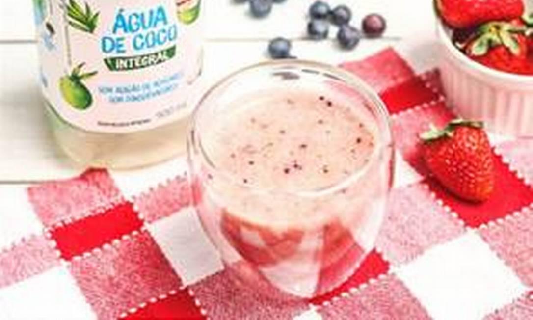 Smoothie com água de coco e morangos Foto: Divulgação