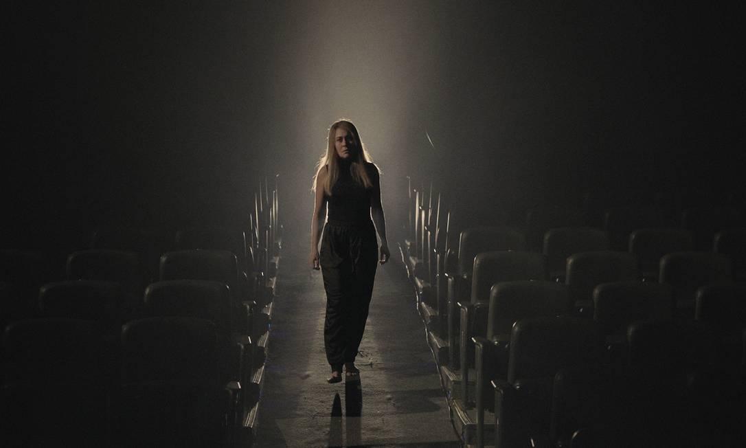 A atriz Alessandra Negrini no Teatro Faap, em São Paulo, onde gravou 'A árvore' Foto: Divulgação