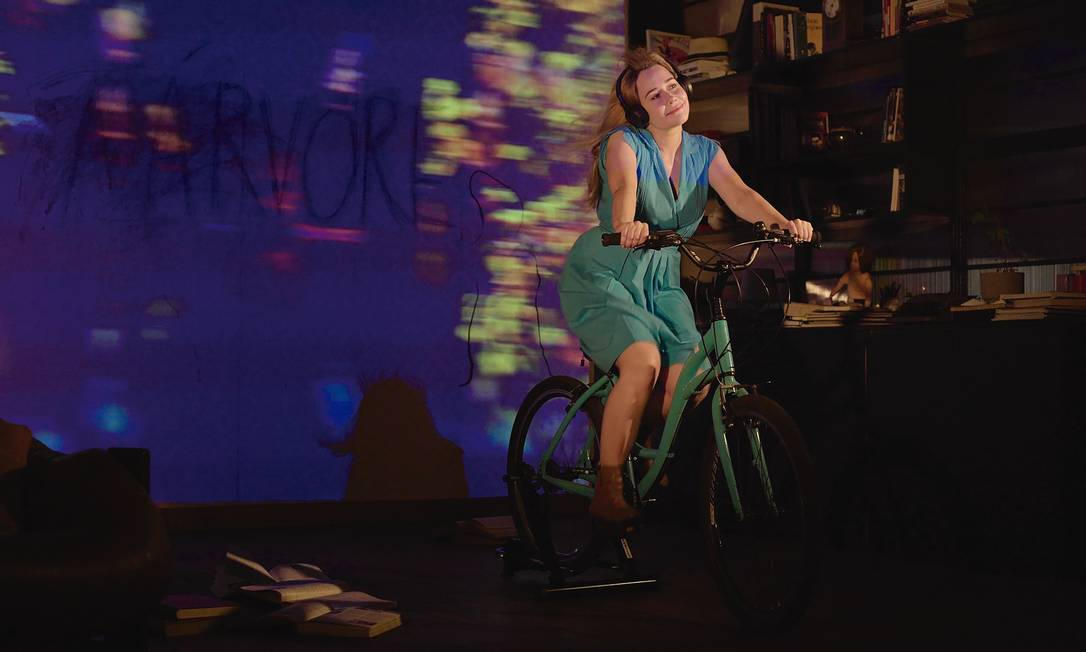 Alessandra Negrini, numa das cenas da peça online 'A ´árvore' Foto: Divulgação