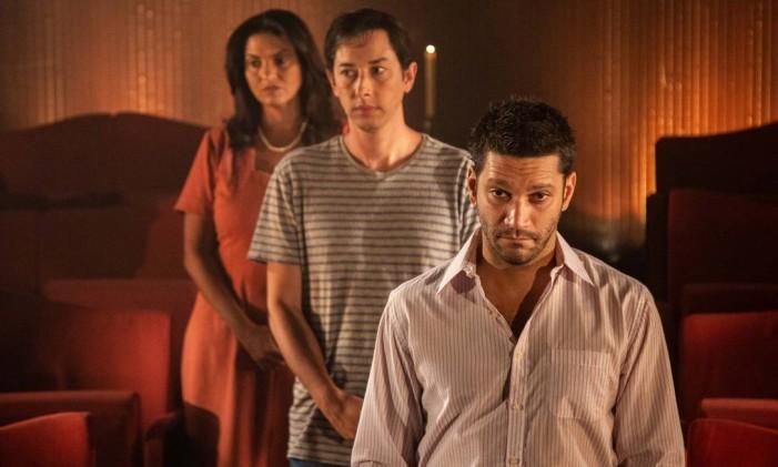 Armando Babaioff, Michel Blois e Ana Paula Secco em cena da peça online 'A última versão' Foto: Pablo Henriques / Divulgação