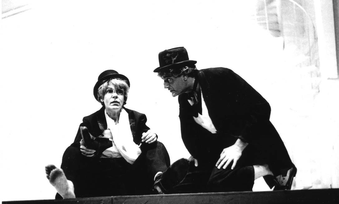 Cacilda Becker e Walmor Chagas em cena da peça 'Esperando Godot', em 1969: imagem rara e inédita Foto: Amancio Chiodi / Arquivo/Itaú Cultural