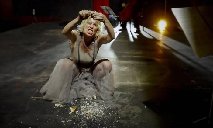 A atriz e cantora Gabriela Geluda em cena da ópera autoficcional 'Na boca do cão' Foto: Divulgação