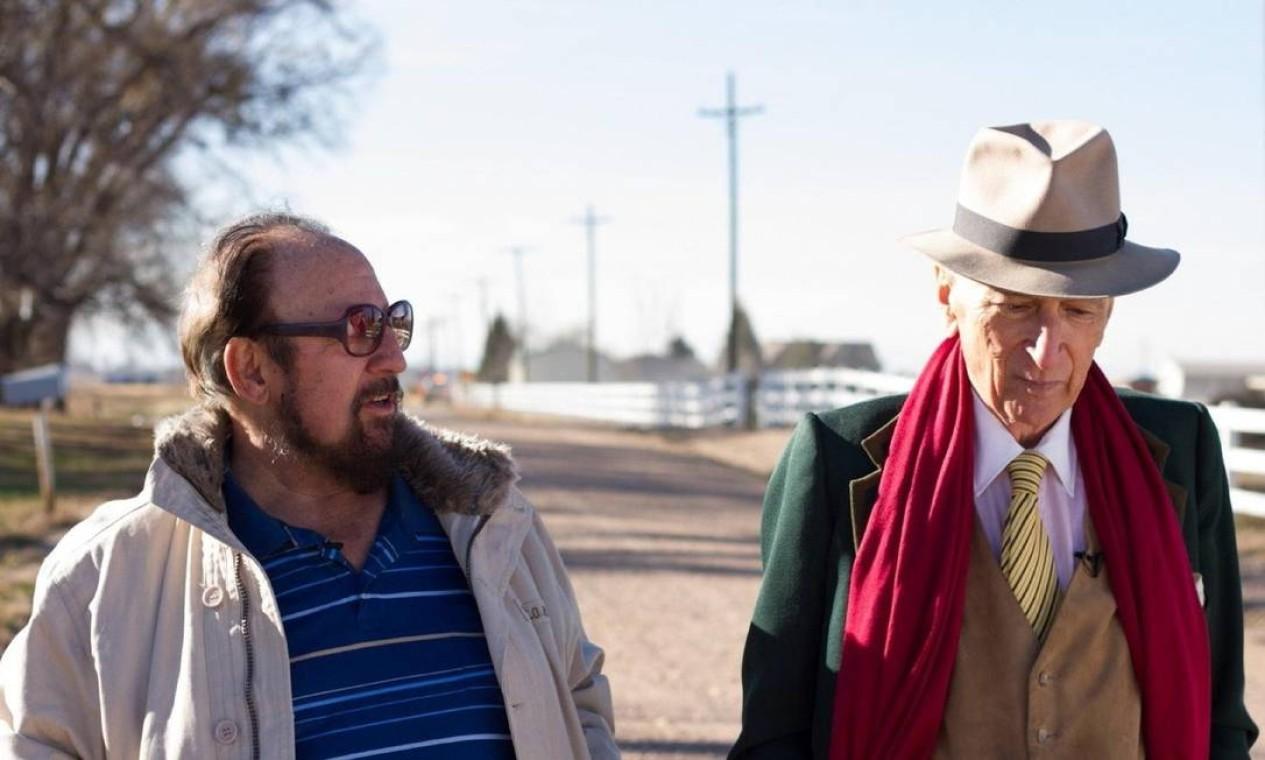 """""""O voyeur"""": o jornalista Gay Talese (à direita) teve acesso à história de Gerald Foos, homem que manteve um motel nos EUA para bisbilhotar a vida sexual dos hóspedes Foto: Netflix / Divulgação"""