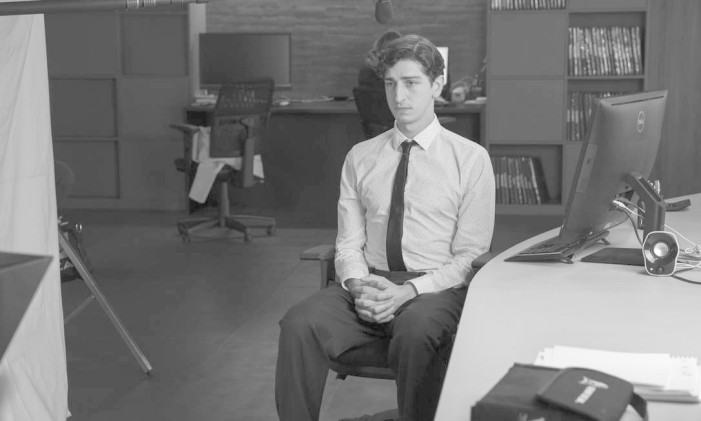 O ator Johnny Massaro em cena da peça on-line 'Dez por dez' Foto: Divulgação