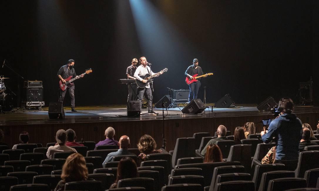 Bruce Gomlevsky se apresenta com banda no Teatro Riachuelo, no Centro do Rio, em outubro de 2020 Foto: Bernardo Cartolano / Divulgação
