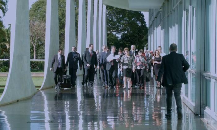 Dilma caminha pela área externa do Alvorada acompanha de sua equipe, no dia de seu depoimento no Senado Foto: Divulgação
