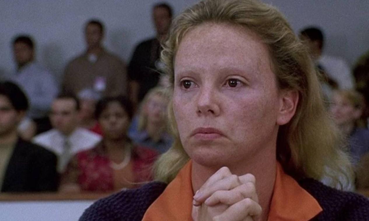 'Monster — Desejo assassino': Charlize Theron ganhou um Oscar no filme em que interpreta a primeira serial killer dos EUA. Disponível no Amazon Prime Video. Foto: Reprodução