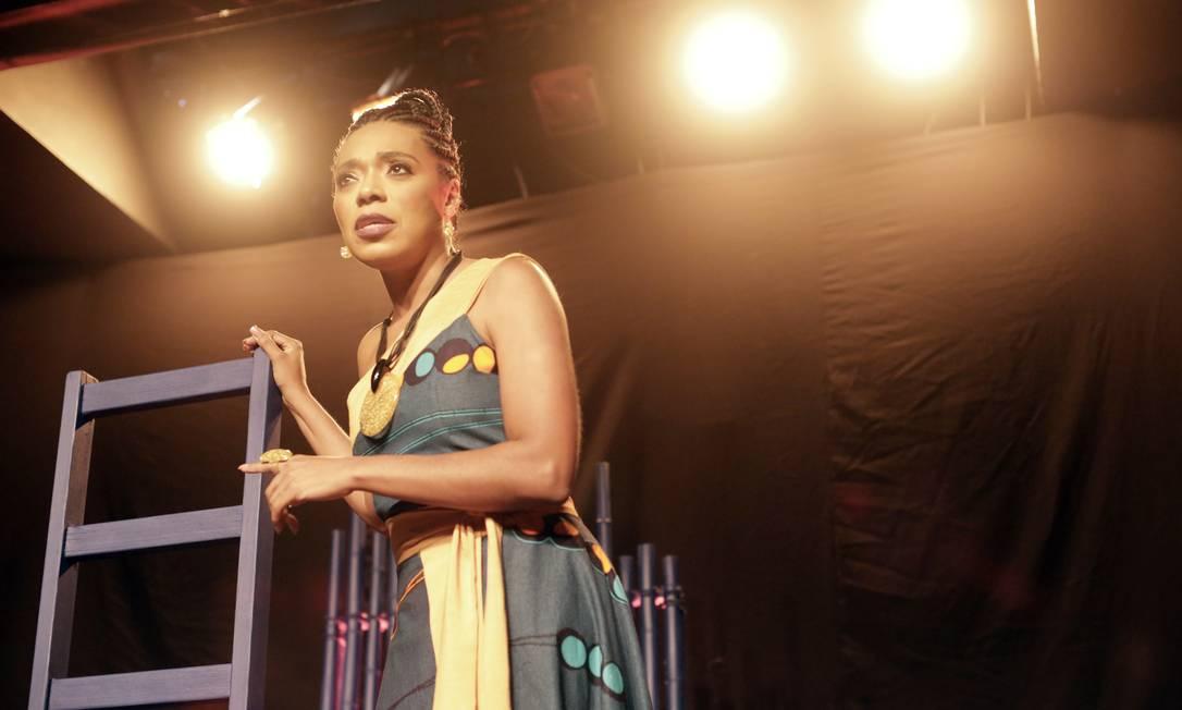 A atriz Vilma Melo em cena da peça 'Mãe de santo' Foto: Daniel Leite / Divulgação
