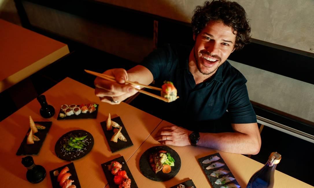 José Loreto com peças de comida japonesa: ator é sócio de rede de restaurantes Foto: Brenno Carvalho / Agência O Globo