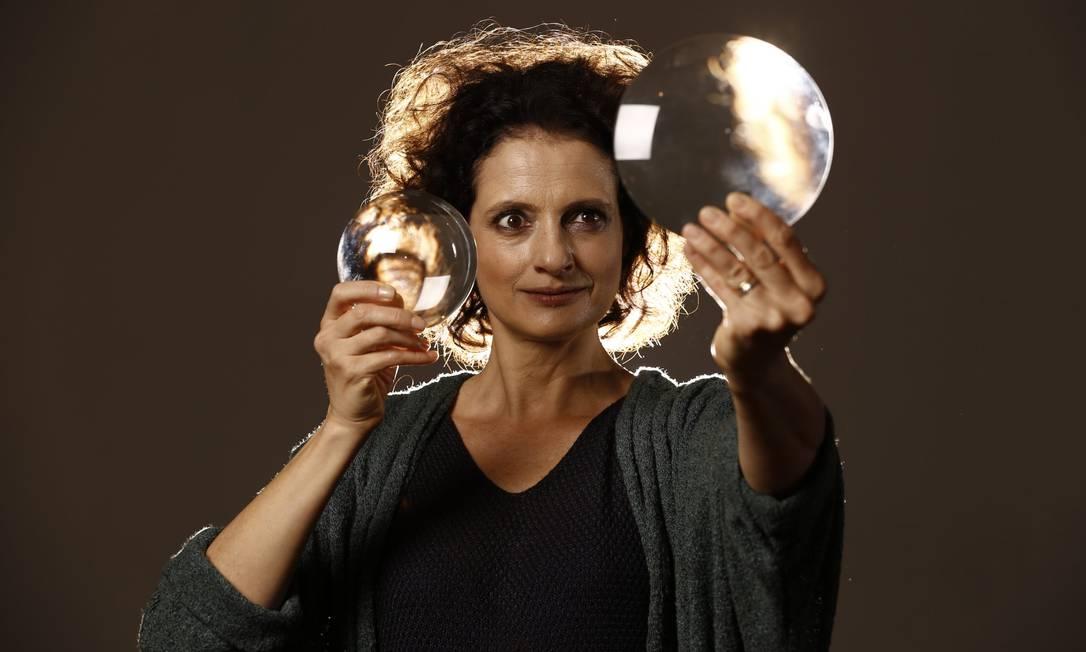 Denise Fraga em cena da peça 'Galileu e eu — A arte da dúvida' Foto: Divulgação