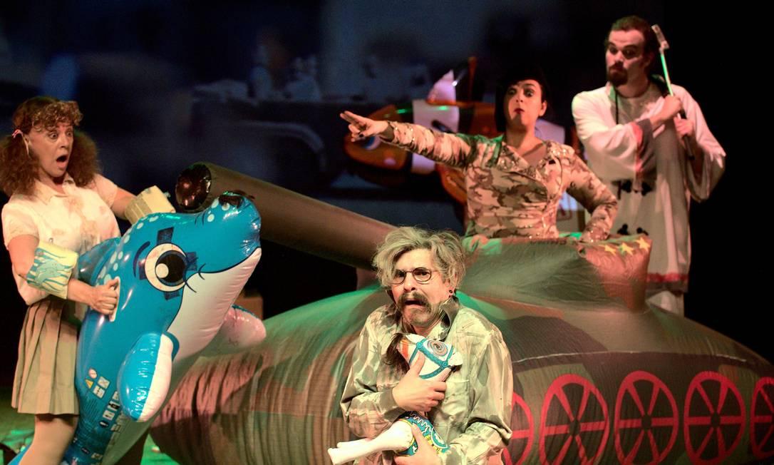 Cena da peça 'Bad boy Nietszsche', da Companhia Nova de Teatro Foto: Divulgação