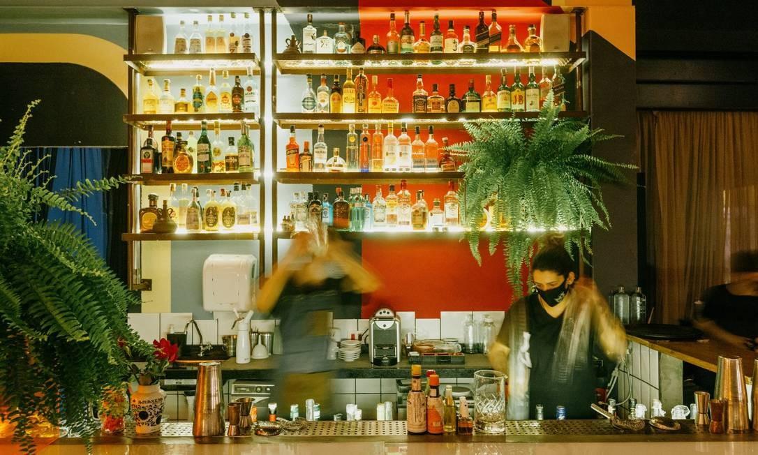 Barman prepara drinque no Meza Bar Foto: Divulgação