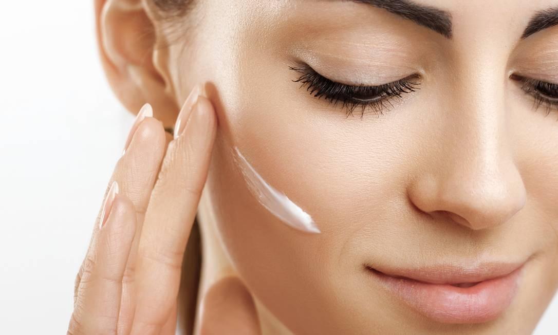 É importante limpar e hidratar bem a pele antes de aplicar a maquiagem Foto: Shutterstock / Shutterstock