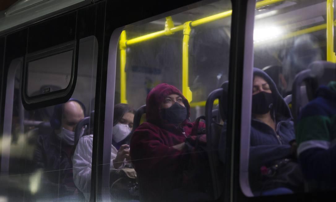 Moradores no transporte público em São Paulo: estado chegou a 90% da população vacinada com a primeira dose contra a Covid (29-7-2021). Foto: Edilson Dantas / Agência O Globo