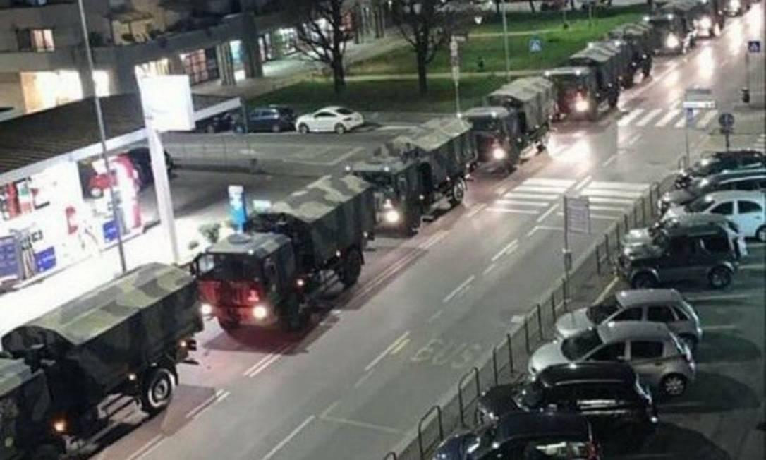 Uma longa fileira de caminhões carregando caixões de vítimas do coronavírus em Bergamo Foto: Reprodução