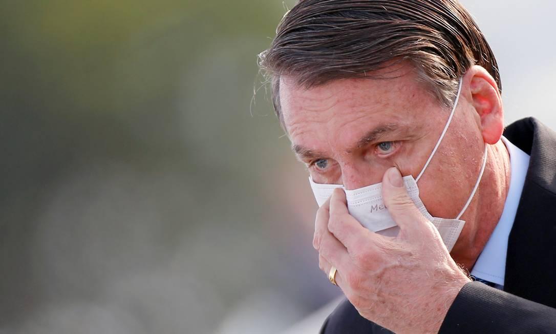 Presidente Jair Bolsonaro ajeita máscara durante evento no Palácio da Alvorada, em Brasília. Foto: ADRIANO MACHADO / REUTERS