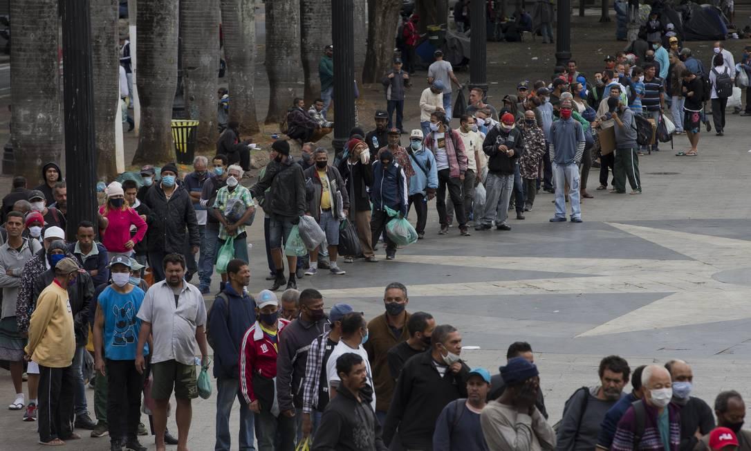 Exército da Salvação distribui marmitex na hora do almoço para a população de rua na Praça da Sé, no Centro de São Paulo. 14-06-2020. Foto: Edilson Dantas / Agência O Globo