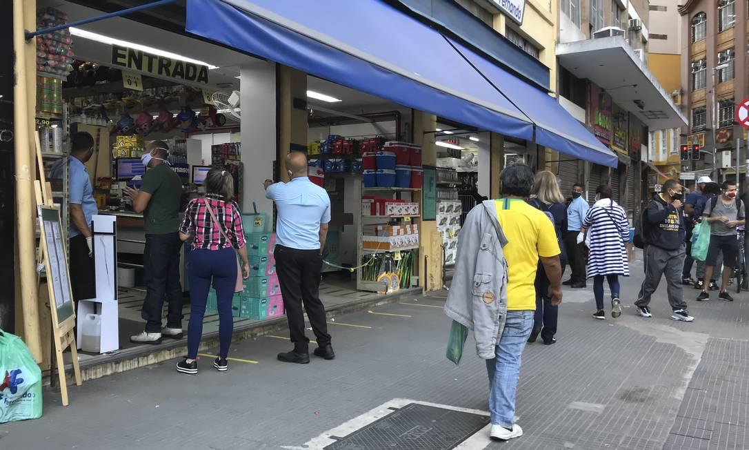Comércio de rua funciona na tradicional 25 de Março, em São Paulo. (17-6-2020). Foto: Edilson Dantas / Agência O Globo