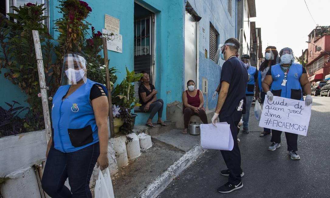 Ação de prevenção contra a Covid-19 da UBS Paineiras de Diadema no Jd. Campanario, em SP: Equipe orienta as pessoas sobre prevenção e distribui máscaras (13-8-2020). Foto: Edilson Dantas / Agência O Globo