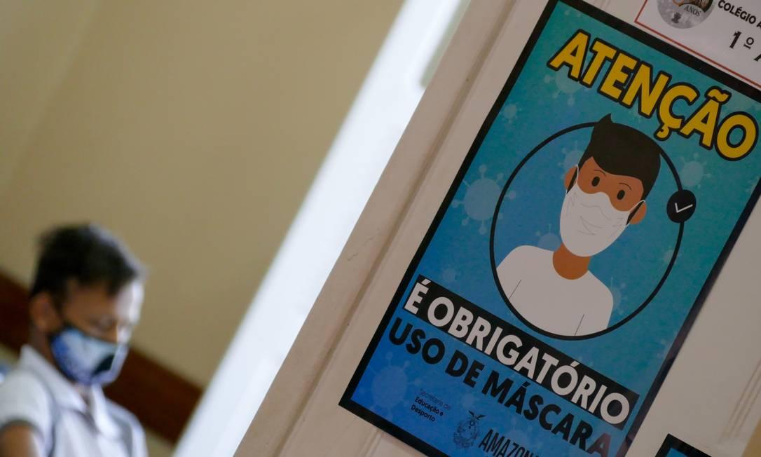 Aluno da Escola Estadual Dom Pedro II, no centro da cidade de Manaus: estado do Amazonas retomou aulas presenciais nas escolas (19-8-20). Foto: Fotoarena / Agência O Globo