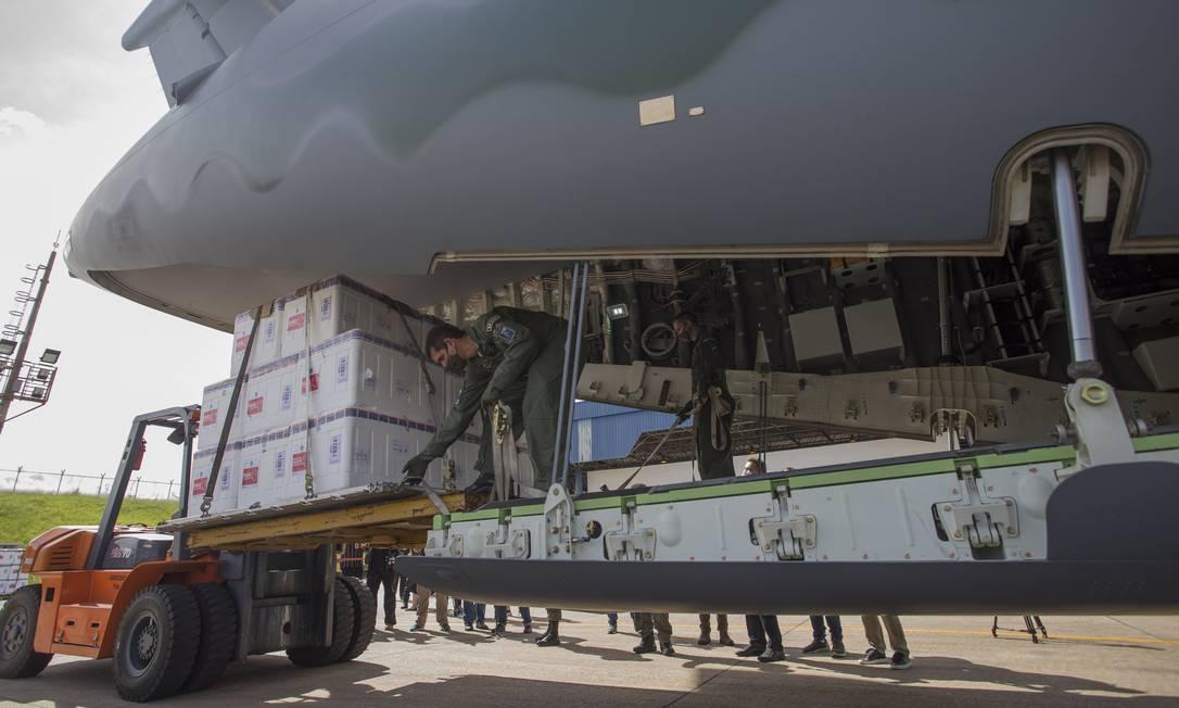 Primeiro lote de vacinas contra a Covid-19 são embarcadas em aeronaves da Força Aérea para distribuição nos estados Foto: Edilson Dantas / Agência O Globo