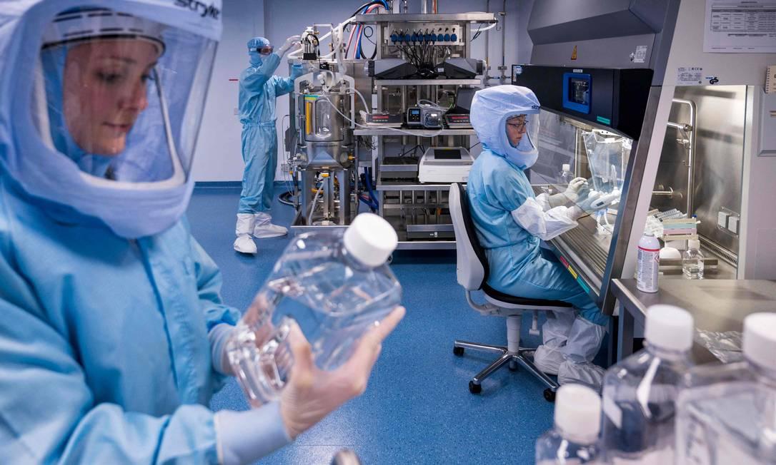 Pesquisadores da alemã BioNTech trabalham na fabricação da vacina feita em parceria com a Pfizer Foto: THOMAS LOHNES / AFP