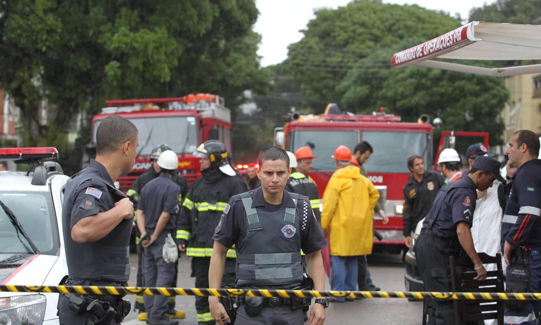 Policiais isolam a área próxima ao acidente Foto: Fernando Donasci / Agência O Globo